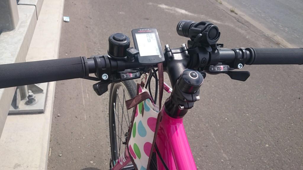 サイクリングに必要だったので、クロスバイクにスマホポーチをつけた