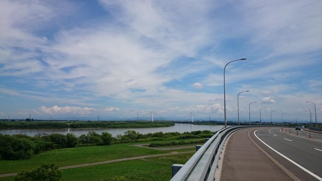 クロスバイクでサイクリングの途中。左手に石狩川が見える
