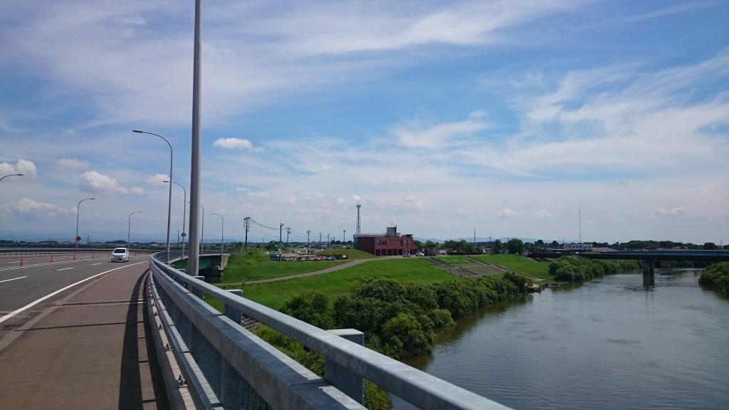 クロスバイクでサイクリングの途中。千歳川が見えた