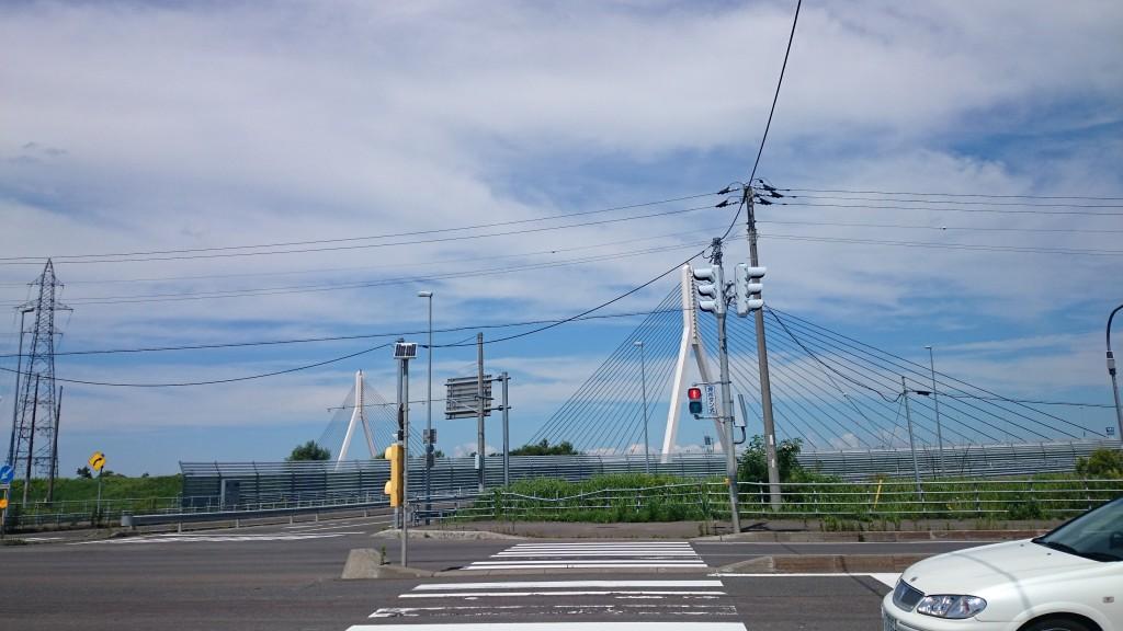 クロスバイクでサイクリングの途中、美原大橋を渡る。