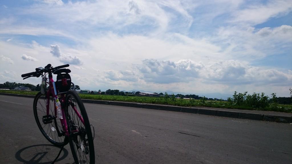 CYLVA F24で農道をサイクリング中。