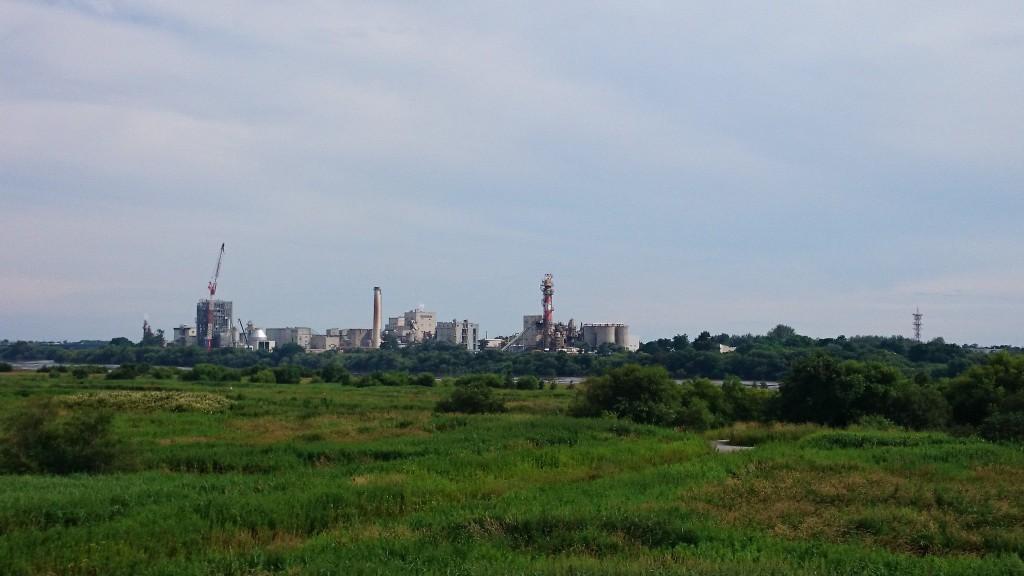 札幌から江別へ70kmのサイクリングの途中、石狩大橋から工場が見えた
