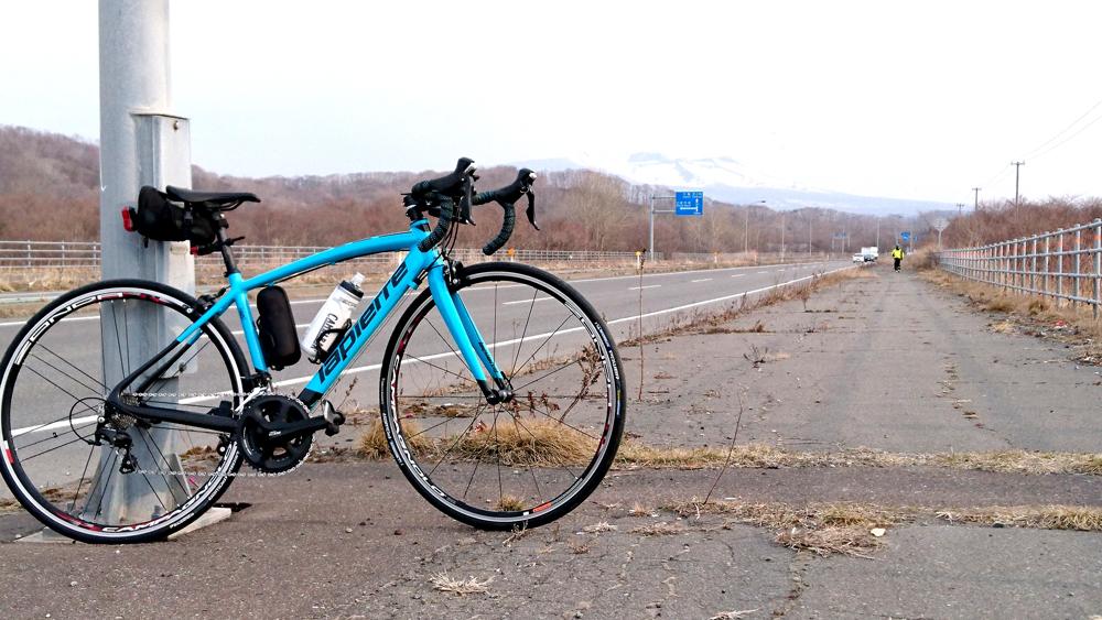 ロードバイクで苫小牧から室蘭へ行く途中に見つけた樽前山とラピエールアウダシオとツーショット!