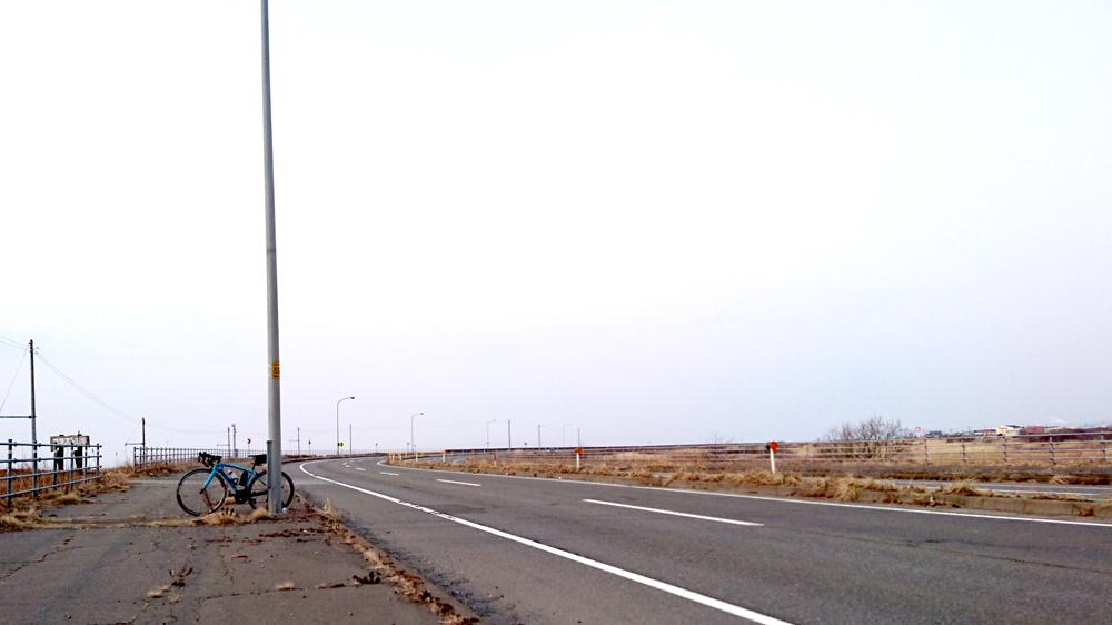 ロードバイクで苫小牧から室蘭へ行く途中に見つけた、カーブの先にある海に感動!