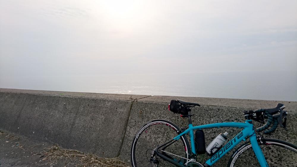 ロードバイクで苫小牧から室蘭へ行く途中に見つけた海と空とラピエールアウダシオ