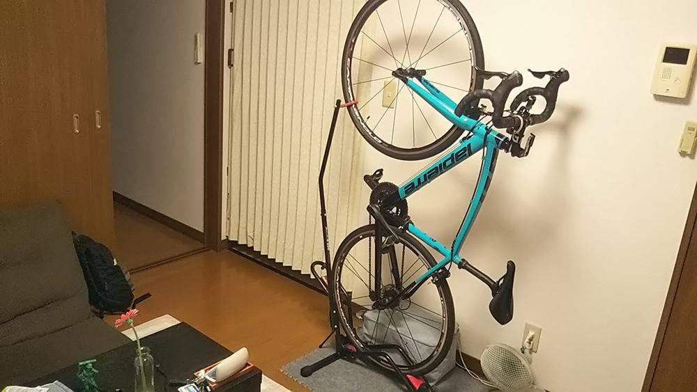 賃貸アパートにおけるロードバイクの縦置き保管。部屋の間取り。